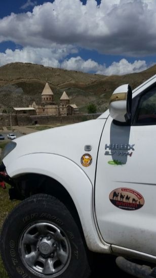 Der Geländewagen gehört Aidin und Shima, und ist entsprechend gut gepflegt