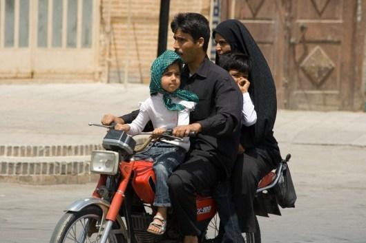 Iran, Familienausflug in Isfahan: Auf einem Moped ist viel Platz!