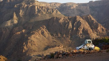 Oman: Jeep mit Dachzelt in den Bergen
