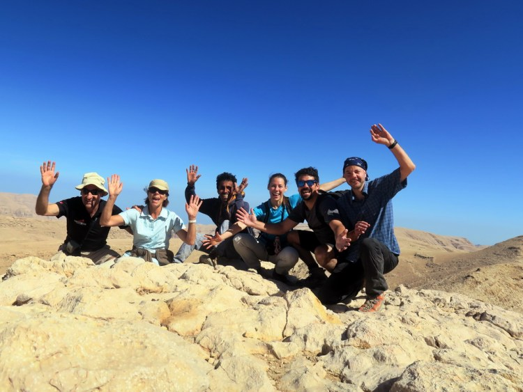 nomad Trekking-Reisegruppe mit Reiseleiter Ibrahim in der Mitte im Oman