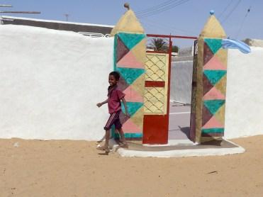 Sudan: Kind vor einem nubischen Tor