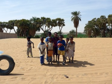 Sudan: Kinder vor dem Fußballspiel