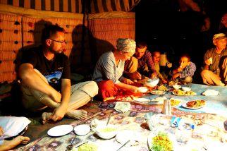 Bei Pasargadae, Essen mit Nomaden, Gerhard und Anne