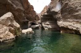 Wassergefüllte Becken im Wadi