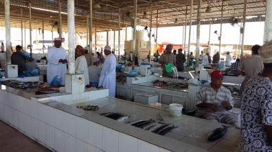 Verkaufsstände am Fischmarkt in Barka