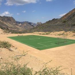 Fußballfeld inmitten kahler Steingegend