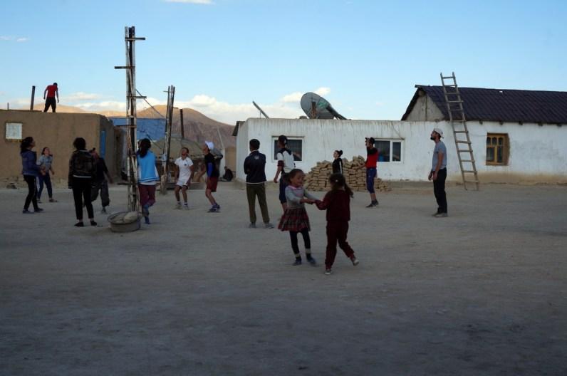 Bulunkul: Im Sommer sind die Schüler zuhause - es wird Volleyball gespielt