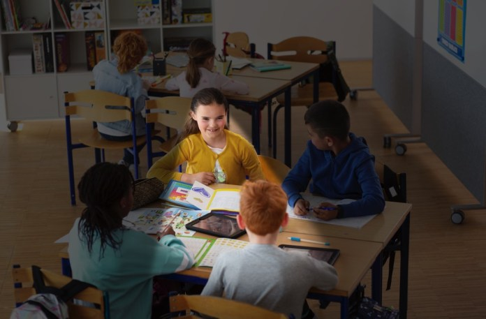 oticon-xceed-play-traditional-technology-jbp-1485-1000x656 Oticon lance les aides auditives Opn Play & Xceed Play pour connecter les enfants au monde