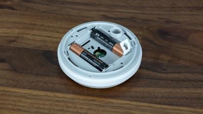 Der Wassersensor benötigt zwei AAA-Batterien