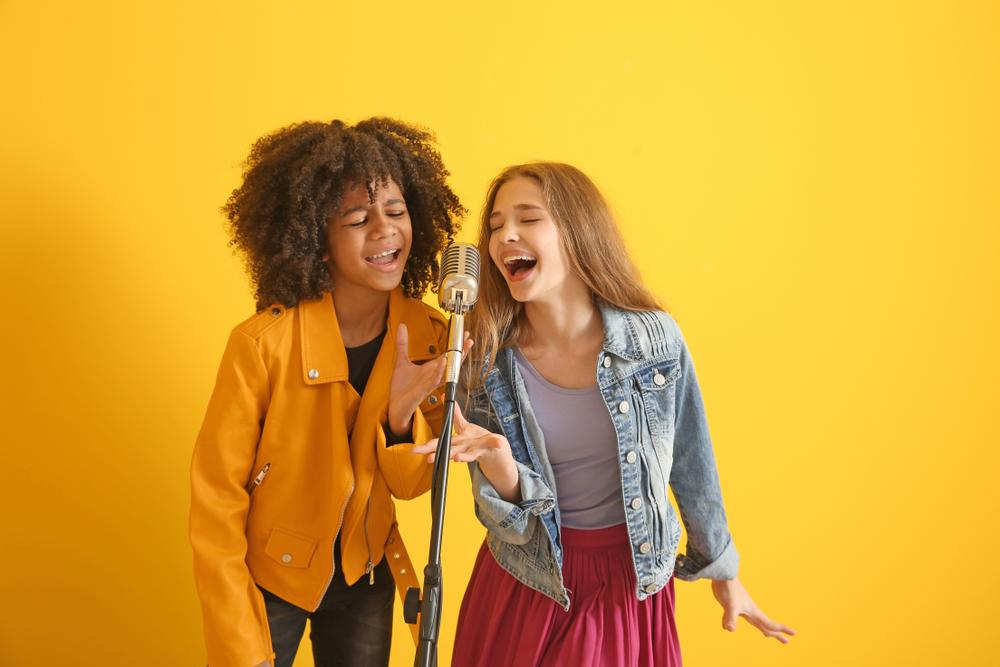 dzieci śpiewające piosenki o wiośnie