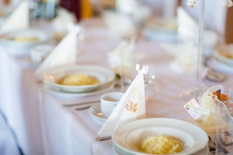 stół udekorowany na komunie świętą