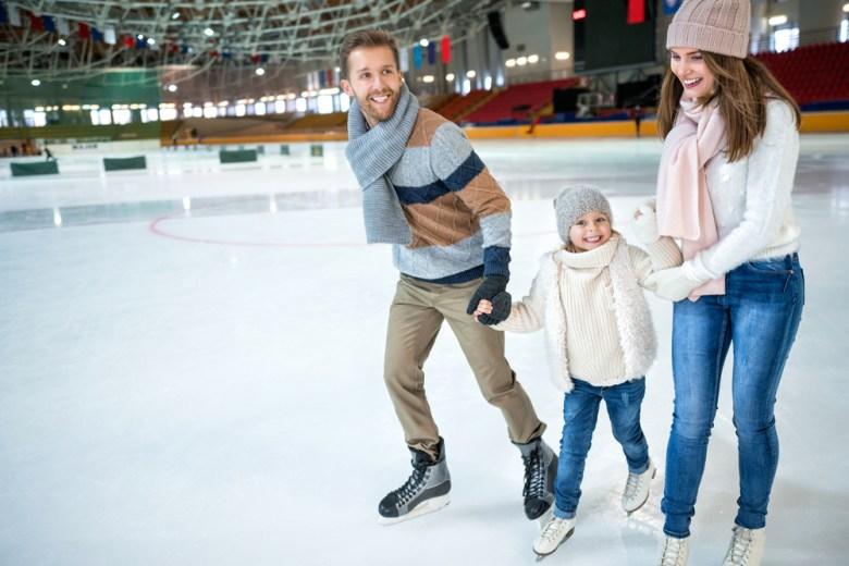 Rodzice z córką na łyżwach