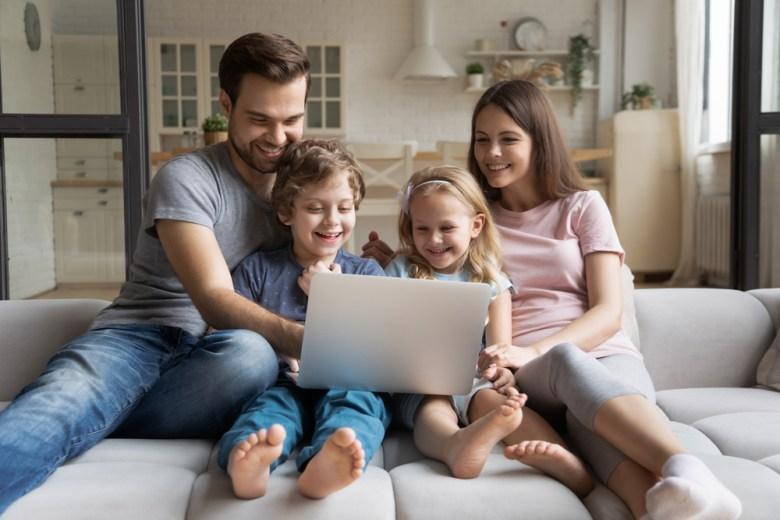 rodzina oglądająca kreskówki