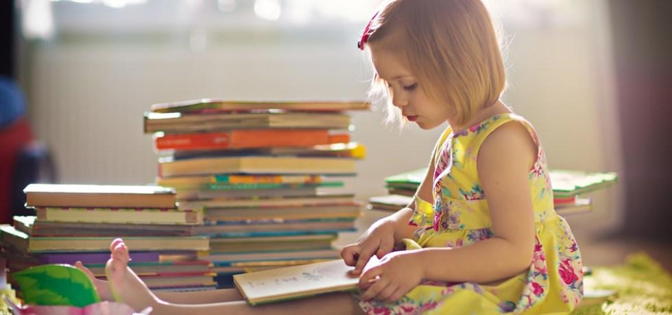 najlepsze książki dla dzieci po angielsku czytane przez małą dziewczynkę