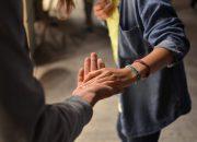 Αρκεί ένα απαλό άγγιγμα για να μετριασθεί ο ψυχικός πόνος της κοινωνικής απόρριψης