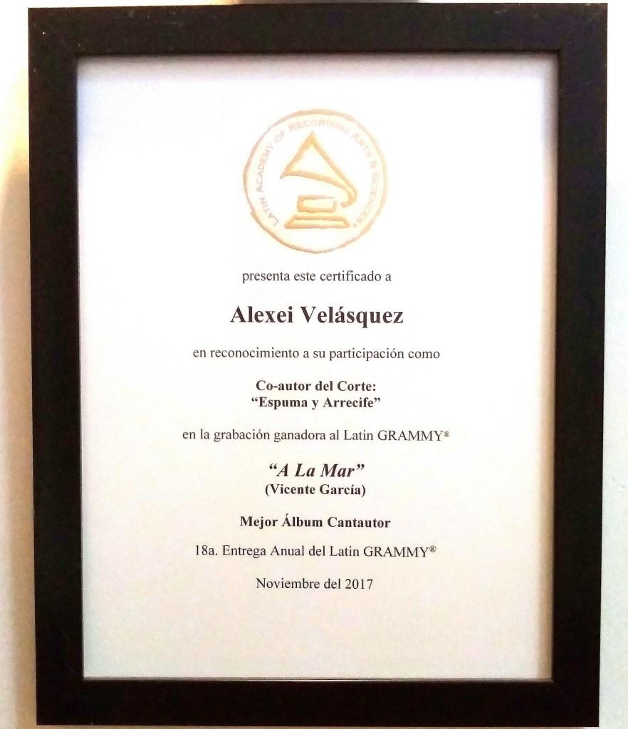 #EnaMorados: tocando un Plan B con su guitarra. En la imagen, el reconocimiento de los Latn Grammy a Chey Velázquez, el guitarrista y compositor colombiano #EnaMorado de Nu.