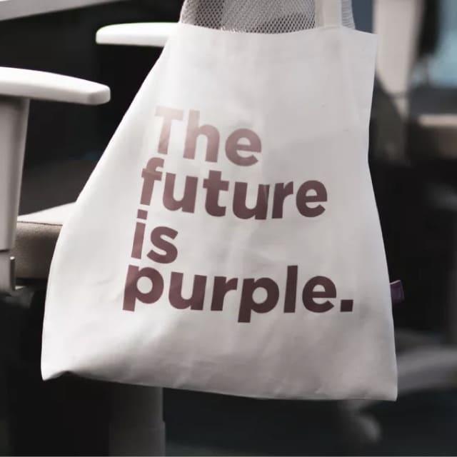 """Una bolsa blanca con """"The Future is Purple"""" escrito en morado"""