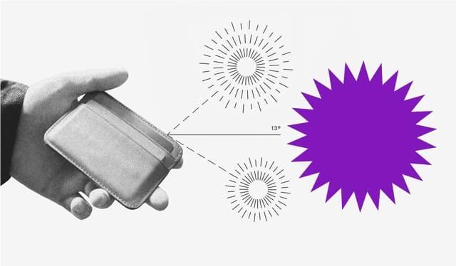 Buen Fin 2020: Mano sostiene cartera en el aire frente a simuladores de ofertas.