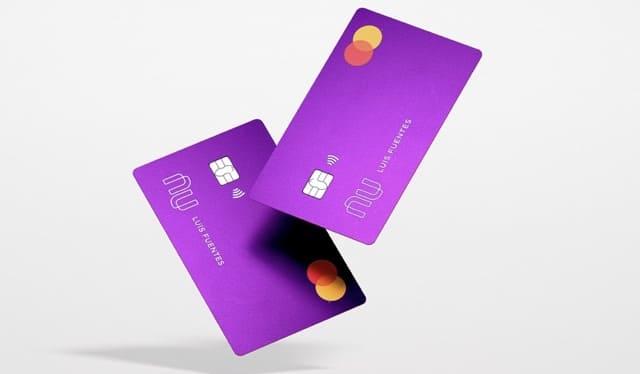 Controla tus movimientos desde la app Nu:: dos tarjetas de crédito Nu  parecen bailar en el aire.