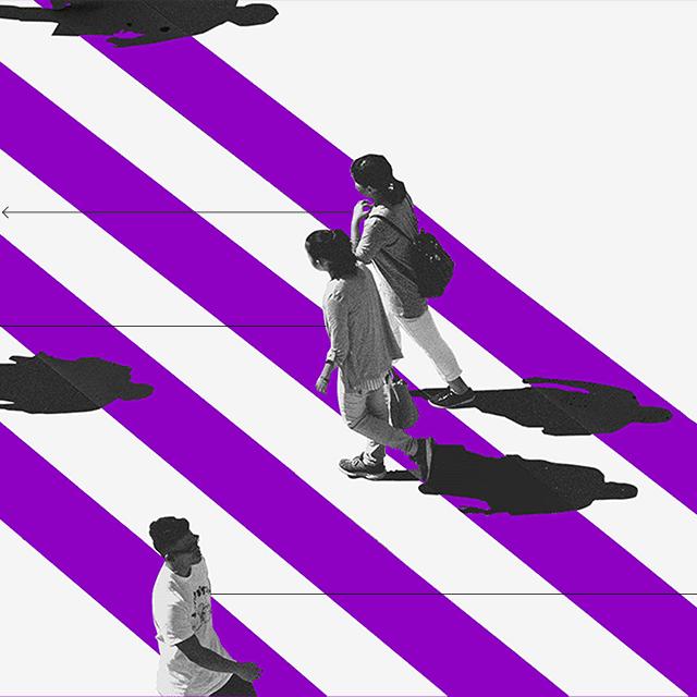 Ciudadanos digitales caminan por un cruce peatonal