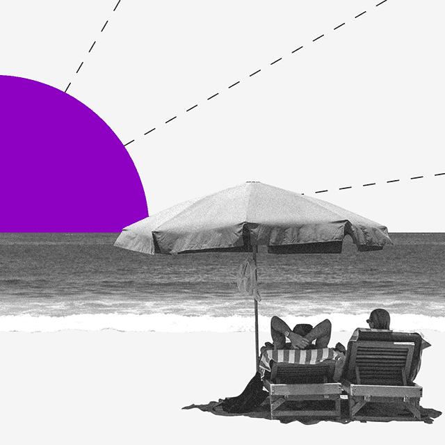 estrés financiero: pareja en la playa mira una puesta con sol color morado