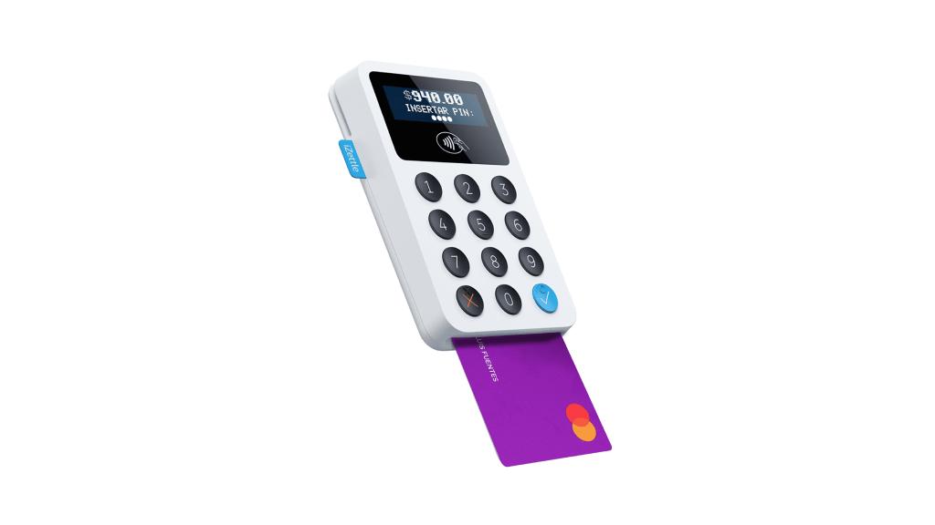 Terminal de venta portátil iZettle con tarjeta de crédito Nu para acceder a Meses Sin Intereses.