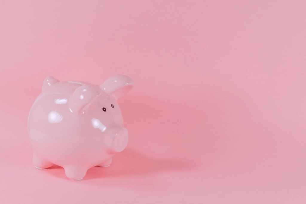 Alcancía de puerquito rosa sobre fondo rosa: El desafío de ahorro de las 52 semanas: Un método de ahorro eficiente.