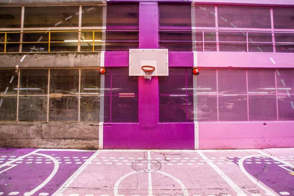 Cancha de basketball en tonalidades moradas inspira buenos hábitos deportivos y financieros para tu cartera