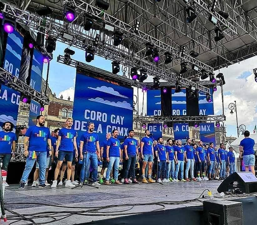 Coro Gay de la Ciudad de México cantando en el zócalo capitalino