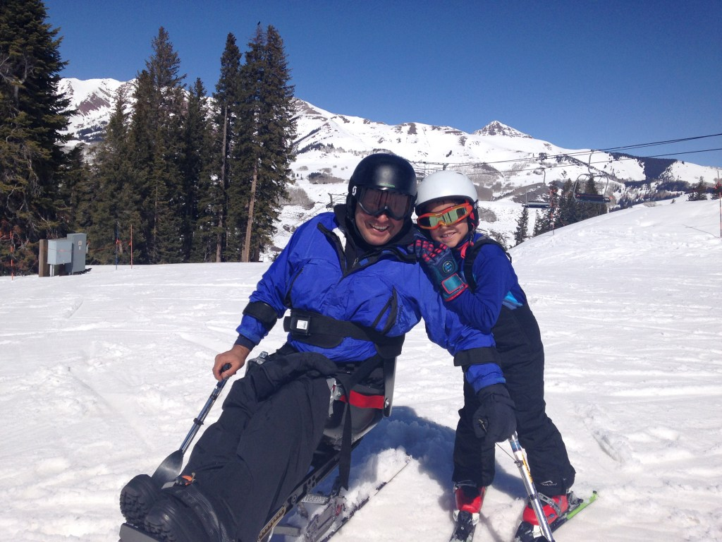 Saúl Mendoza Hernández medallista paralímpico junto a su hijo en un día de  esquí en la nieve