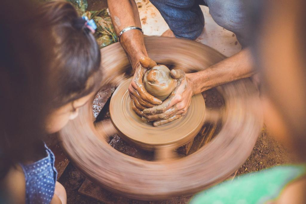 Torno de cerámica girando con una persona trabajando barro casa taller Marisol Monroy