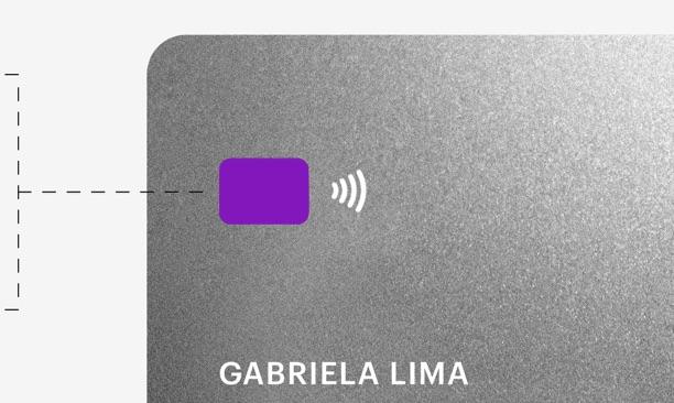 Débito Nubank: ilustração de um cartão Nubank em preto e branco, com o chip em roxo, e o nome Gabriela Lima impresso
