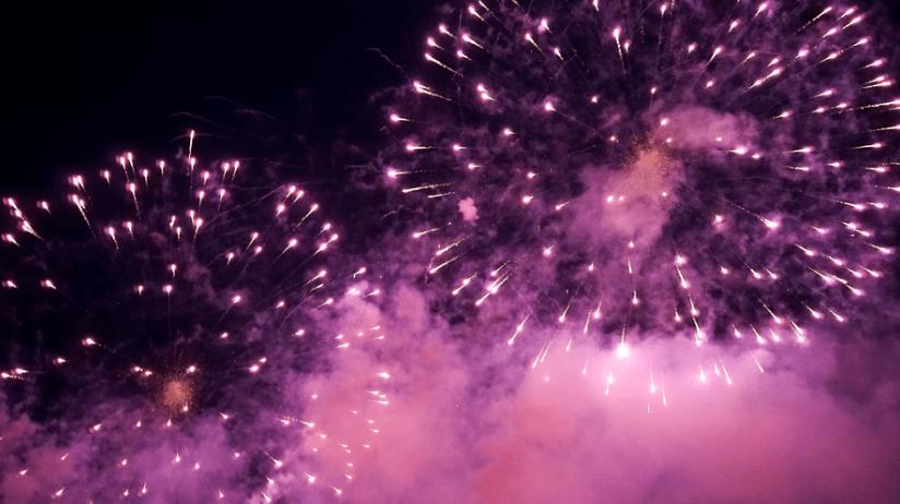 Presente de Natal: fogos de artifício roxo no céu escuro