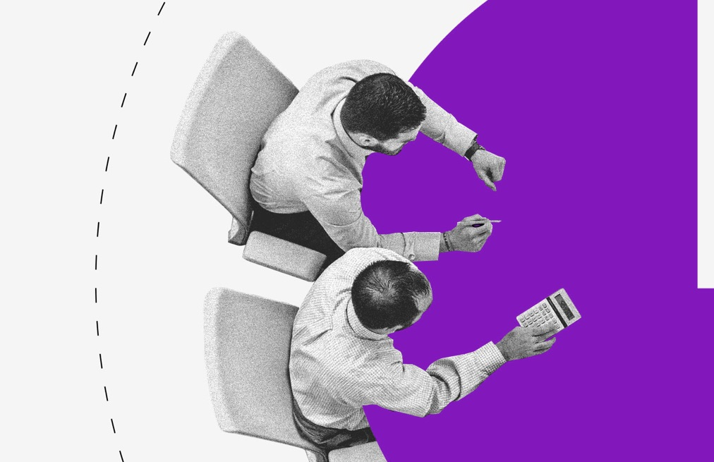 Débito Nubank: ilustração vista de cima de duas pessoas sentadas ao redor de uma mesa roxa