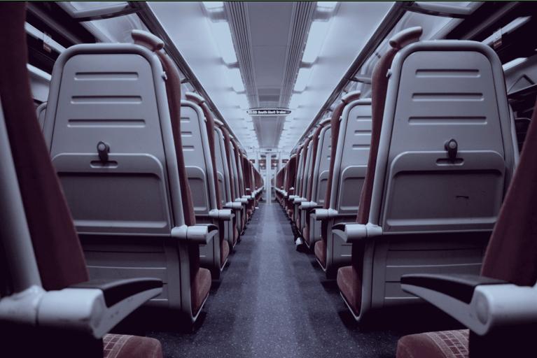 Foto mostra avião vazio. O ângulo é a visão com as costas das cadeiras