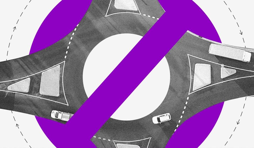 Via de carros circular com uma placa de proibido roxa em cima