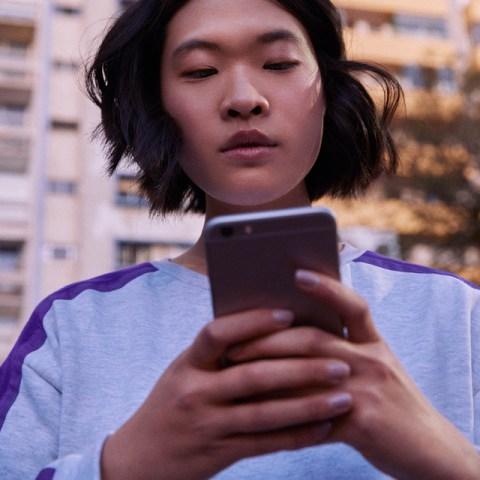 Nubank é o aplicativo de banco digital mais baixado do mundo: mulher segurando um celular