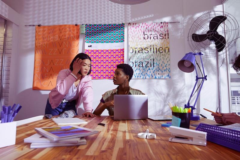Segurança Nubank: duas mulheres olhando para um computador