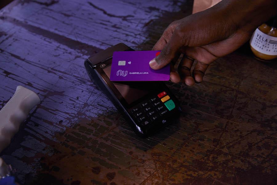 Segurança Nubank: cartão contactless sobre maquininha