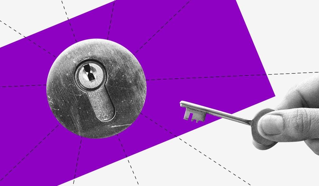 FGTS: imagem em preto e branco de  uma fechadura em frente a um retângulo roxo. Uma mão segurando uma chave se aproxima dela.