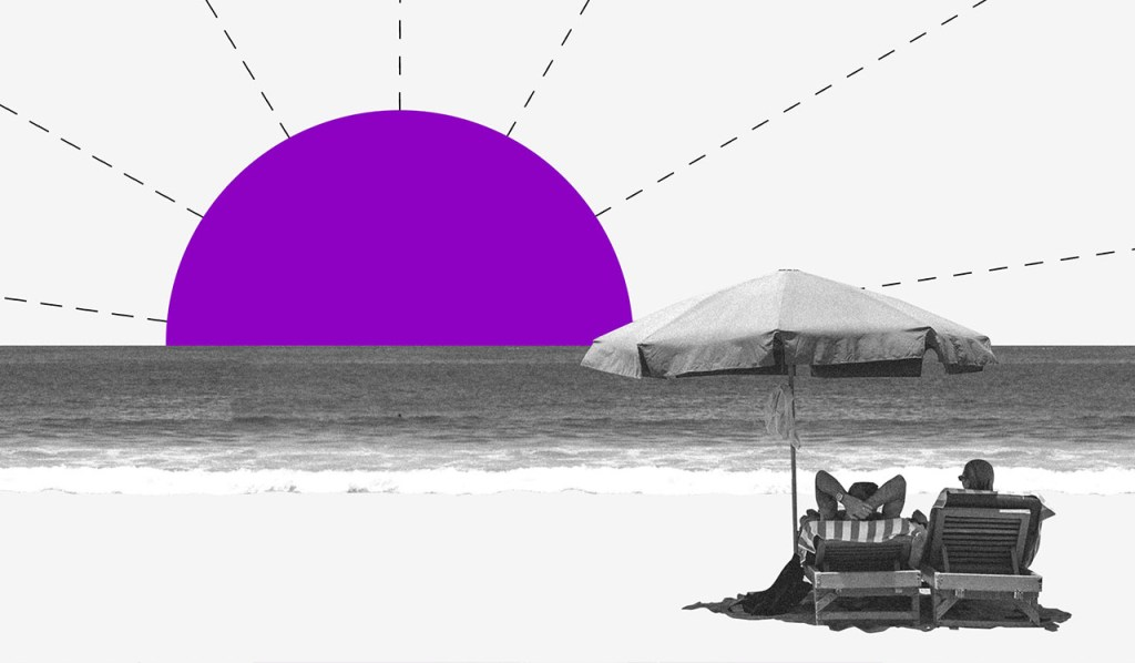 tendências 2020: uma colagem de um casal deitado em cadeiras de praia, sob um guarda-sol, vendo o sol se pôr.