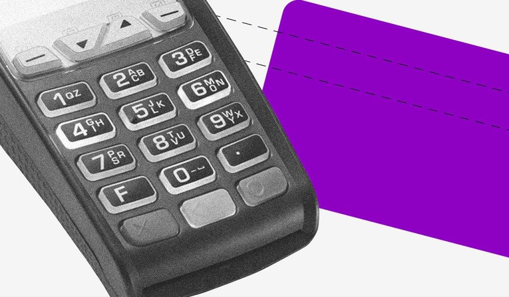 tipos de orçamento: no fundo cinza, a imagem preta e branca de uma maquininha de cartão. Ao lado, um retângulo roxo no formato de um cartão.