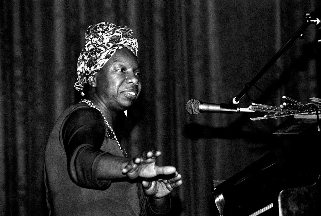 Além do coronavírus: fotografia da cantora Nina Simone, sentada em um piano, em show na França em maio de 1982.