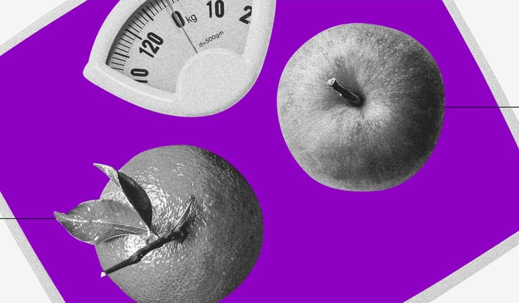 uma laranja e uma maçã vistas de cima sobre uma balança roxa