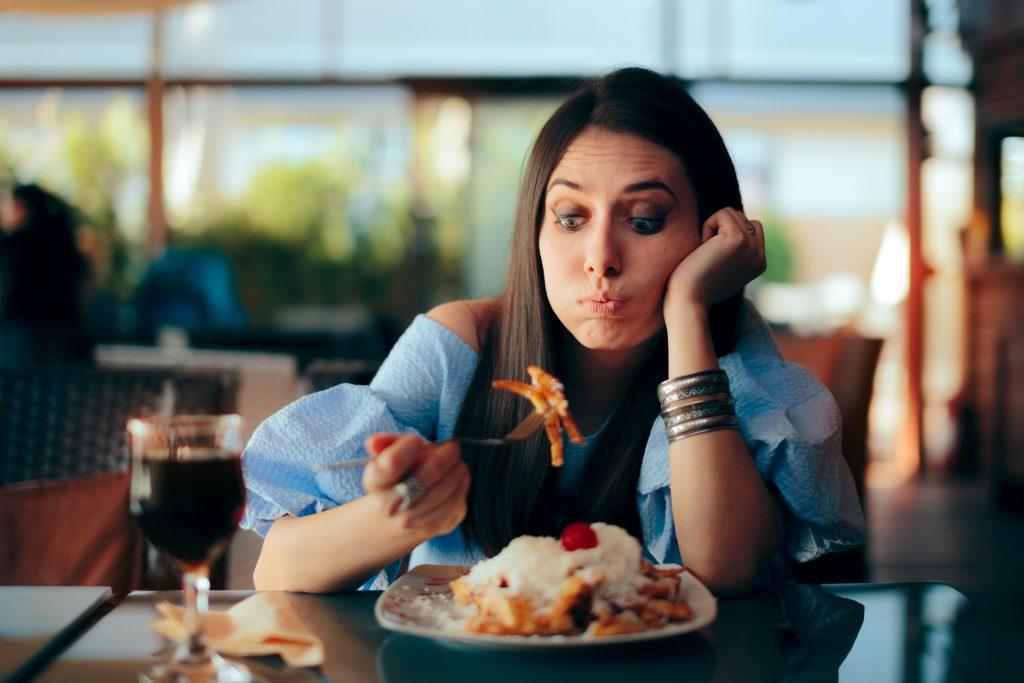 Pessoa ansiosa olhando para a comida