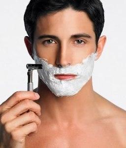 Bărbat care se barbiereşte