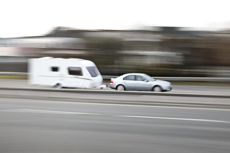 Descubre cómo viajar con el equipaje en la baca y con remolques de caravanas