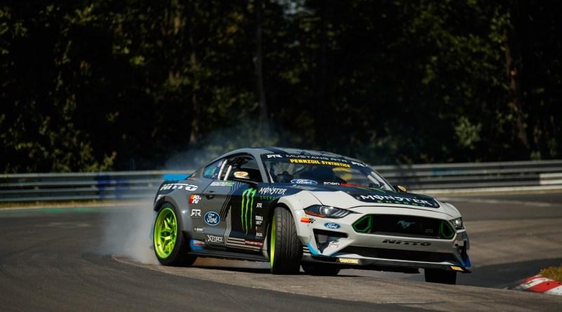 Recorriendo con el Mustang el circuito de Nürburgring haciendo drift