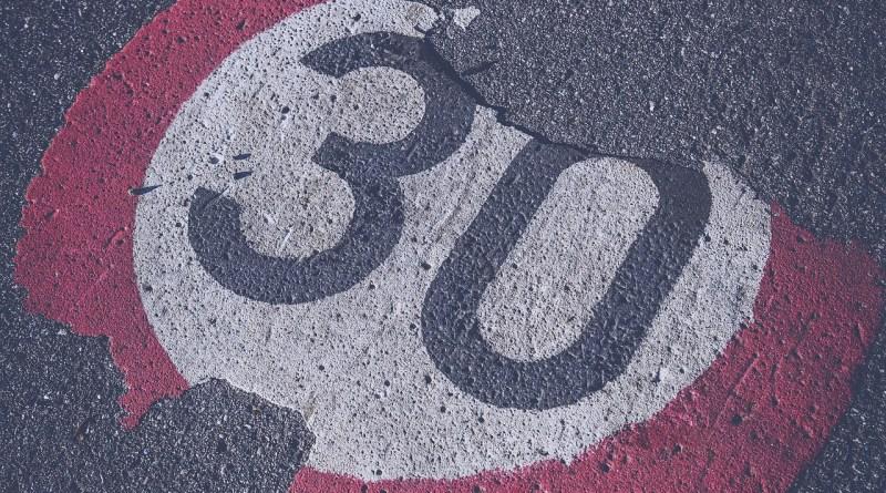 Velocidad a 30 km/h será la máxima permitida en vías urbanas de un solo carril