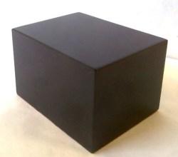 Peanas.net. Peana Taco 50 mm altura, Cuadrada 8 X 6 cm, fabricado en MDF lacado en Negro. Tapizado inferior. Ref: 6005.